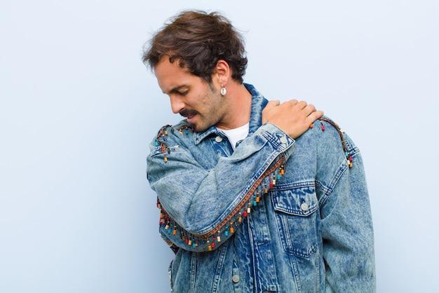 Молодой красавец чувствует усталость, стресс, тревогу, разочарование и депрессию, страдает от боли в спине или шее, изолированных от стены