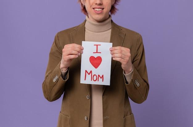 彼のお母さんに手紙を持っている若いハンサムな男