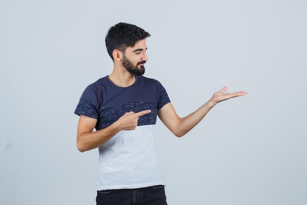 Молодой красавец в повседневной футболке