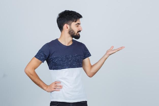 カジュアルなtシャツを着た若いハンサムな男