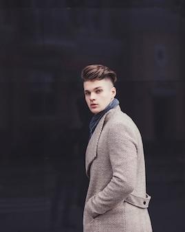 コートを着た若いハンサムな男