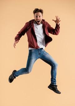 Молодой красавец прыгает