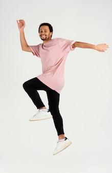 若いハンサムな男ジャンプ