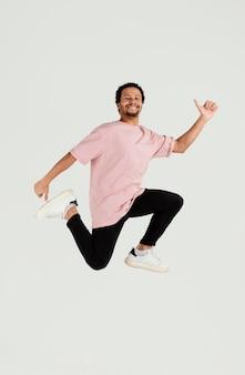Giovane uomo bello che salta