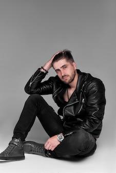 젊은 잘 생긴 남자, 벗은 몸통, 감정적 인 포즈, 회색 벽, 현대 남자, 라이프 스타일 사람들 개념에 가죽 자켓