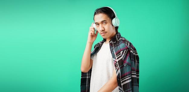 Молодой красивый мужчина слушает музыку в наушниках