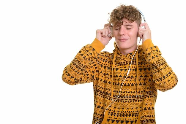 Молодой красавец слушает музыку