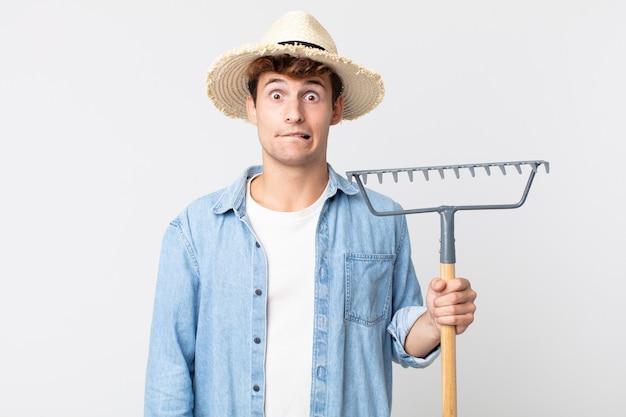 어리둥절하고 혼란스러워 보이는 젊은 잘생긴 남자. 농부 개념