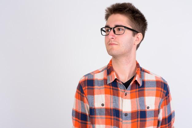 Молодой красивый мужчина выглядит умным