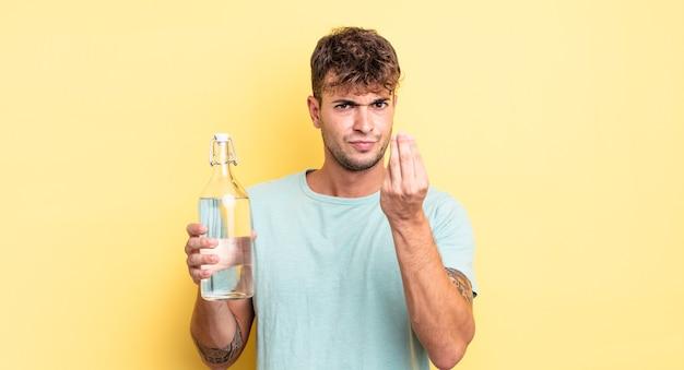 お金を払うように言って、capiceまたはお金のジェスチャーをしている若いハンサムな男。水の概念