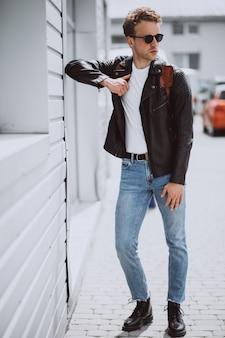 Молодой красавец модель позирует на улице