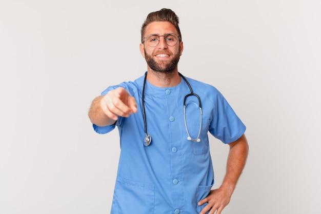 Молодой красивый мужчина указывая на камеру, выбирая вас. концепция медсестры