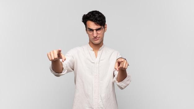 손가락과 화난 표정으로 카메라를 앞으로 가리키는 젊은 잘 생긴 남자가 당신의 의무를 다하도록 말하고 있습니다.