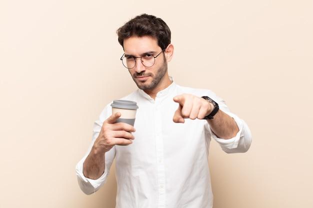 손가락과 화난 표정으로 가리키는 젊은 잘 생긴 남자, 당신의 의무를 다하라고 말합니다.