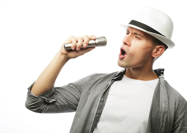 マイクを使って歌う若いハンサムな男
