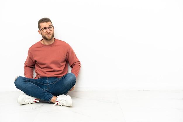 바닥에 앉아서 올려 젊은 잘 생긴 남자