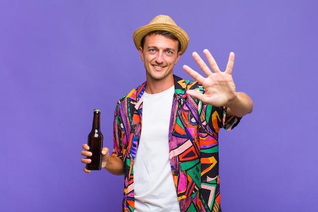 笑顔でフレンドリーに見える若いハンサムな男、前に手を前に5または5番を示し、カウントダウン