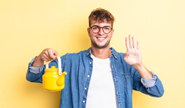 Молодой красивый мужчина улыбается и выглядит дружелюбно, показывая номер 4. концепция чайника