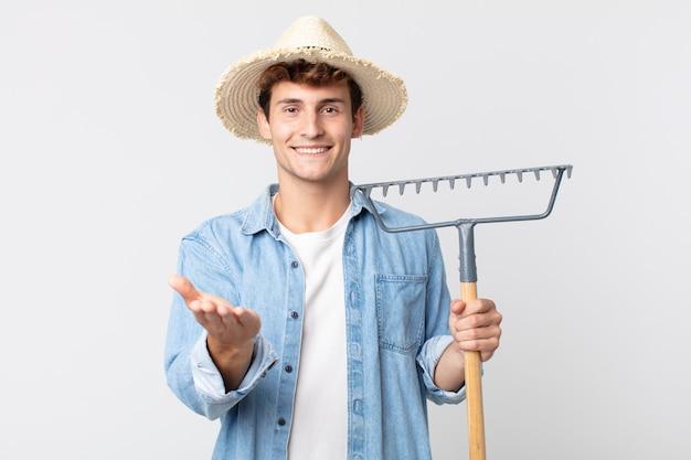 Молодой красивый мужчина, счастливо улыбаясь, дружелюбно предлагая и показывая концепцию. концепция фермера