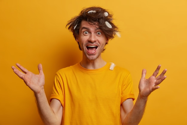 分離されたトレンディなヘアスタイルを持つ若いハンサムな男性学生