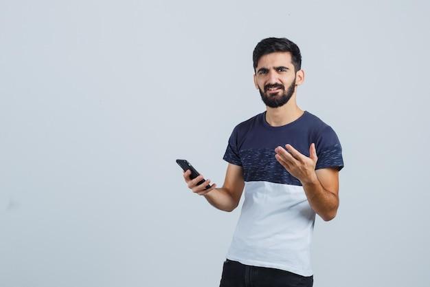 Молодой красавец с помощью телефона