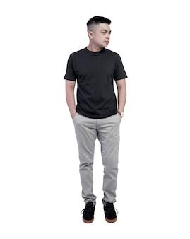 スペースに分離された黒のtシャツ半袖を着ている若いハンサムな男