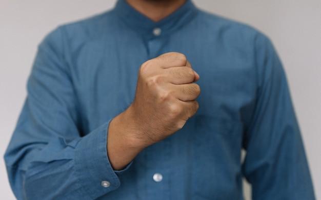 Молодой красавец в голубой рубашке с разным поведением на работе