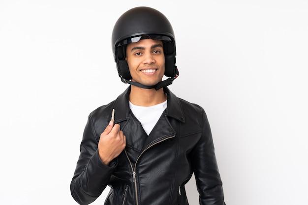 고립 된 흰 벽에 오토바이 헬멧 잘 생긴 젊은이