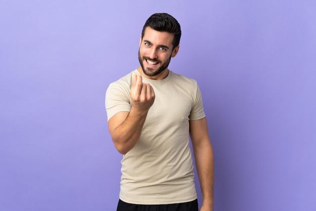 Молодой красавец с бородой делает денежный жест Premium Фотографии
