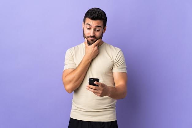 ひげを考えて、メッセージを送信すると若いハンサムな男