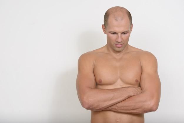 공백에 대해 벗은 젊은 잘 생긴 근육 대머리 남자