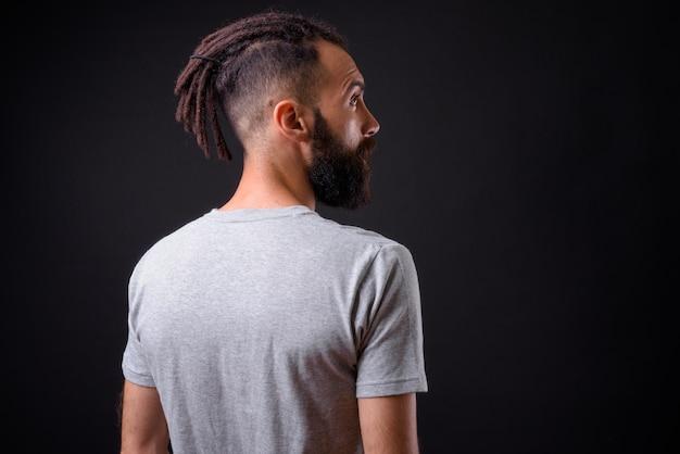 검은 벽에 향취와 젊은 잘 생긴 페르시아 남자