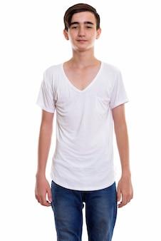 立っている若いハンサムなペルシャの10代の少年
