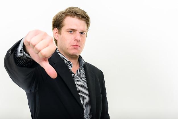 Молодой красивый скандинавский бизнесмен против белого пространства