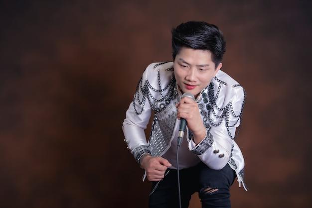 Молодой красивый певец человек в повседневной одежде