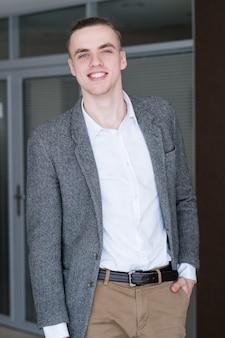 若いハンサムな笑顔のビジネスマン。