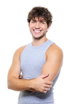 魅力的な幸せな笑顔を持つ若いハンサムなスタイルの男