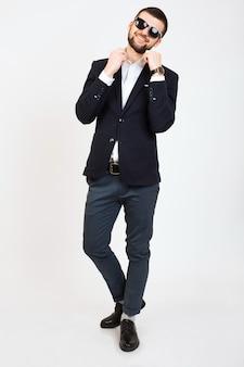 Giovane uomo bello alla moda hipster in giacca nera, stile business, camicia bianca, isolato, in piedi su sfondo bianco, sorridente, attraente, a tutta altezza, fiducioso e cool