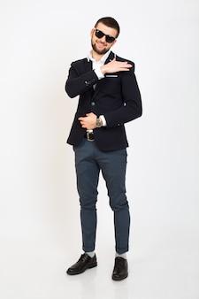 Молодой красивый стильный хипстерский мужчина в черной куртке, деловом стиле, белой рубашке, изолированный, стоящий на белом фоне, улыбающийся, привлекательный, полный рост, выглядящий уверенно и круто