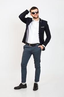 黒いジャケット、ビジネススタイル、白いシャツ、分離、白い背景の上に立って、笑みを浮かべて、魅力的なフルハイト、自信を持って、クールで若いハンサムなスタイリッシュな流行に敏感な男