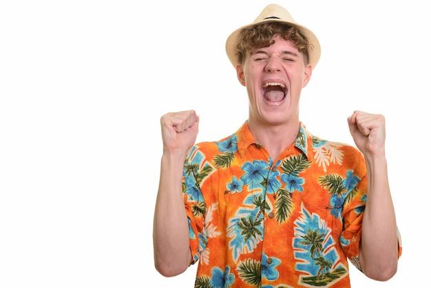 休暇の準備ができて帽子と若いハンサムな観光客の男
