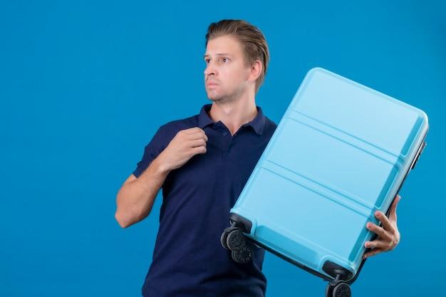 파란색 bakcground 이상 서 혼란 스 러 워 멀리 찾고 가방을 들고 젊은 잘 생긴 여행자 남자