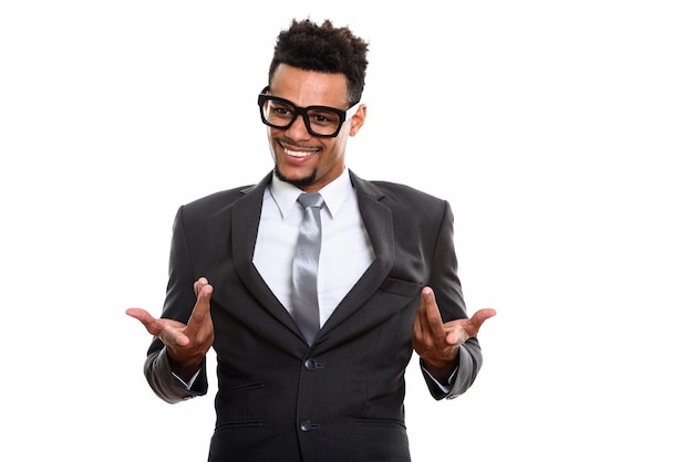 白で隔離の混乱を見て笑っている若い幸せなアフリカのビジネスマン