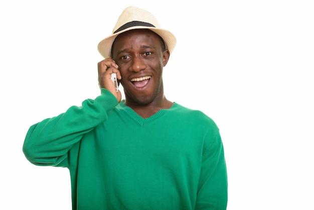 笑顔と携帯電話で話している若い幸せなアフリカ人