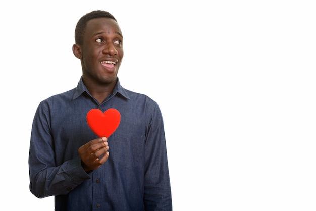 胸に赤いハートで笑って若い幸せなアフリカ人