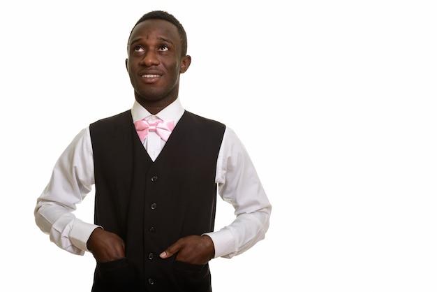 若い幸せなアフリカのウェイター笑顔と思考