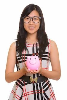 고립 된 돼지 저금통을 들고 젊은 행복 한 아시아 사업가