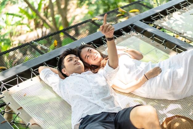 クレードルバルコニーに恋に若い幸せなアジアカップル