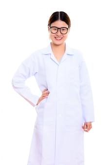 腰に手で笑顔若い幸せなアジア女医
