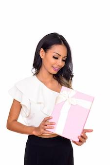 흰색 절연 선물 상자를 들고 젊은 행복 한 아시아 여자